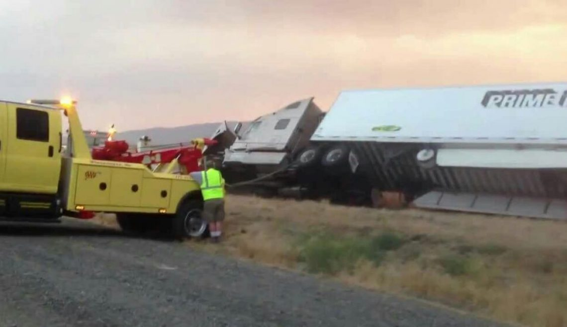 Righting Overturned Semi Trailer3
